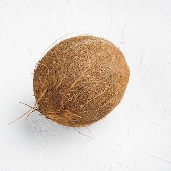 Vers geoogste kokosnoot set, op witte stenen tafel achtergrond