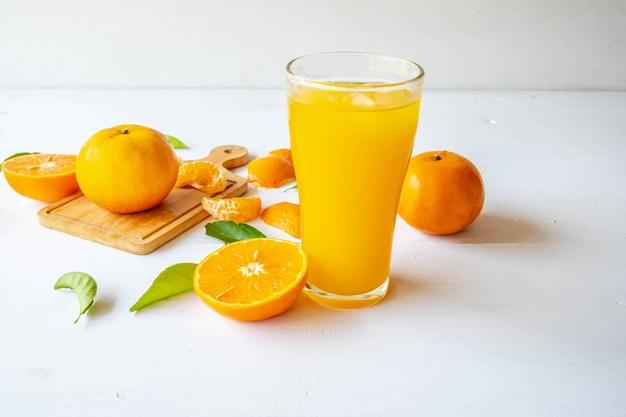 Vers geperst sinaasappelsap en gehalveerd sinaasappelfruit