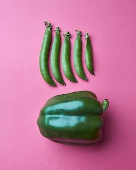 Vers geplukte groenten groene erwten en groene paprika's, geïsoleerd