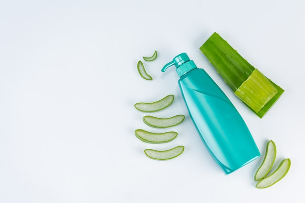 Vers gesneden aloë vera bladeren op witte muur. gebruik van aloë vera etherische olie van natuurlijk materiaalgebruik in schoonheid.