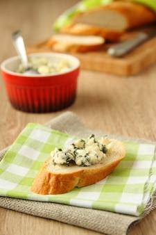 Vers gesneden brood met blauwe kaas