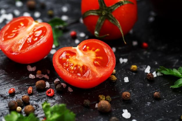 Vers gesneden cherry tomaten met specerijen grof zout en kruiden