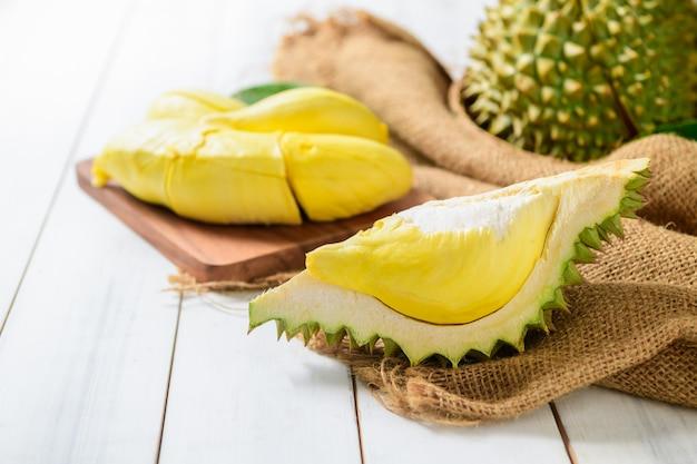 Vers gesneden durian fruit op witte houten achtergrond