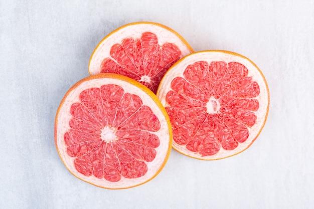 Vers gesneden grapefruit, op het marmer.