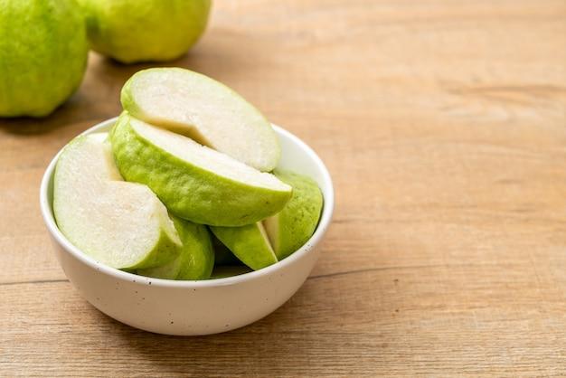 Vers gesneden guavefruit (tropisch fruit)