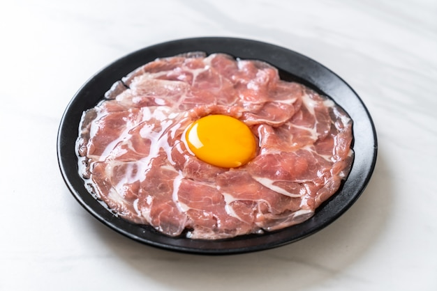 Vers gesneden rauw varkensvlees met ei