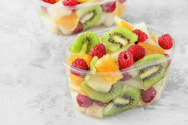 Vers gesneden tropische vruchten bessen in container