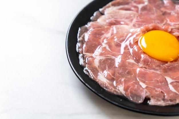 Vers gesneden varkensvlees rauw met ei