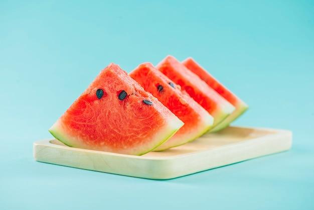 Vers gesneden watermeloen houten achtergrond in de zomer