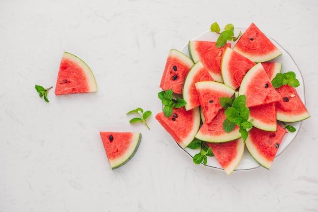 Vers gesneden watermeloen op een bord in de zomer