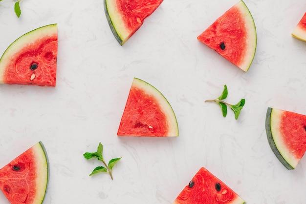 Vers gesneden watermeloen op marmeren tafel in de zomer