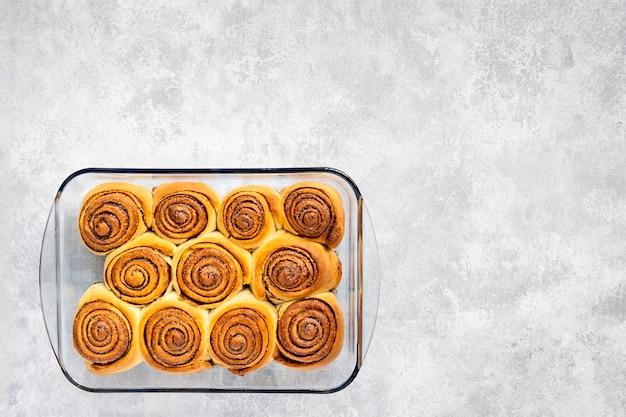 Vers gesteunde kaneelbroodjes zoete of cinnabons-achtergrond
