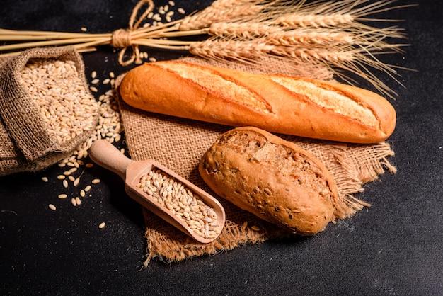 Vers geurig brood met korrels en kegels