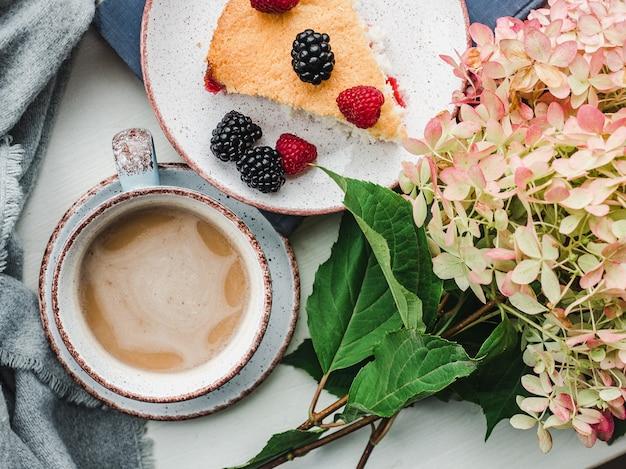 Vers, geurig huisgemaakt gebak. close-up, zijaanzicht. lekker en gezond eten concept