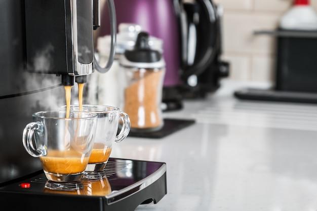 Vers gezette koffie wordt uit de koffiemachine gegoten