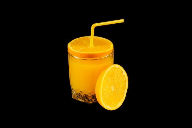 Vers gezond jus d'orange in een glas met citrus rond geïsoleerd op zwarte achtergrond