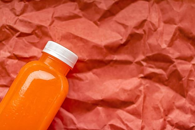 Vers grapefruitsap in milieuvriendelijke recyclebare plastic fles en verpakking van gezond drank- en voedselproductconcept