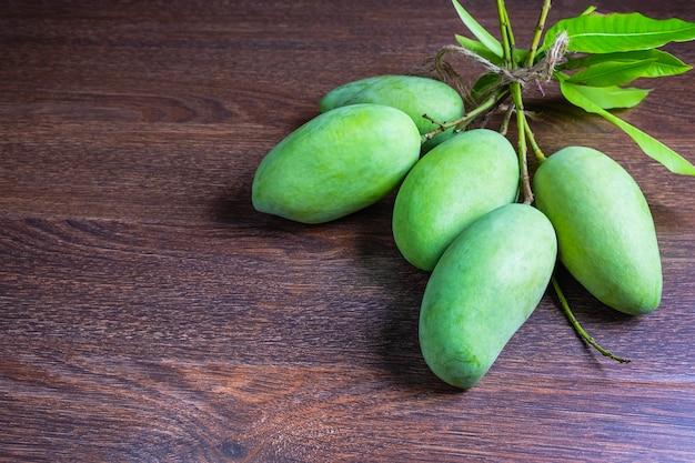 Vers groen mangofruit op een houten lijst