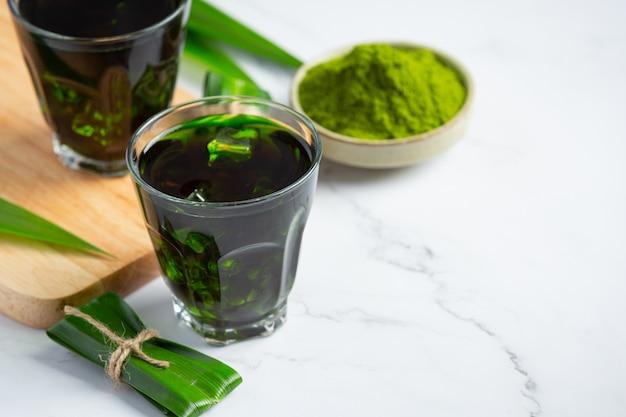 Vers groen pandanblad op lijst