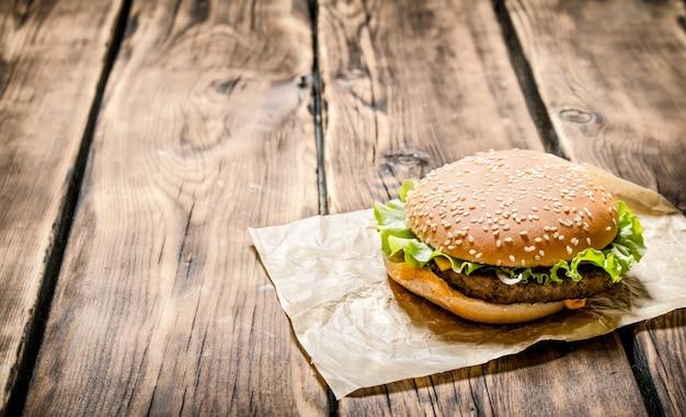 Vers hamburgervlees. op een houten tafel.