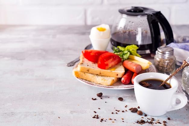 Vers heerlijk ontbijt met zacht gekookt ei, knapperige toast en kop koffie