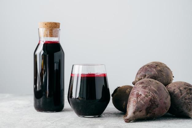 Vers helder bietensap in glazen fles