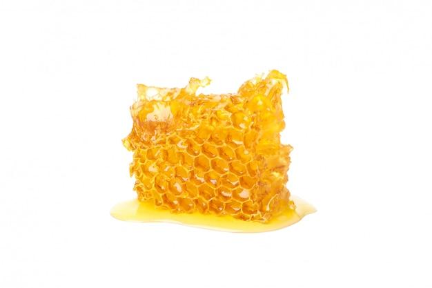 Vers honingraatstuk dat op witte achtergrond wordt geïsoleerd