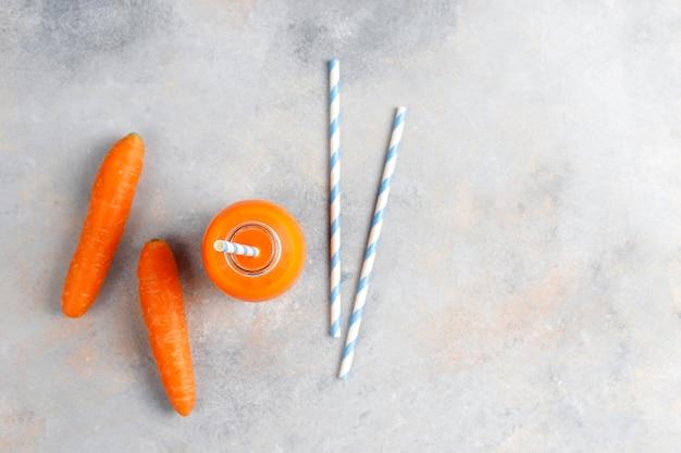 Vers huisgemaakt wortelsap.