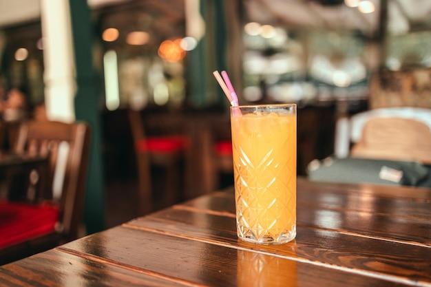 Vers ijs jus d'orange glas op houten tafel in een café