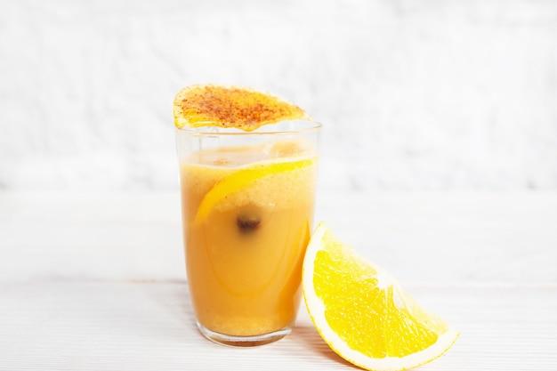 Vers jus d'orange in glas op wit