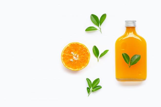 Vers jus d'orange met oranje fruit op witte achtergrond.