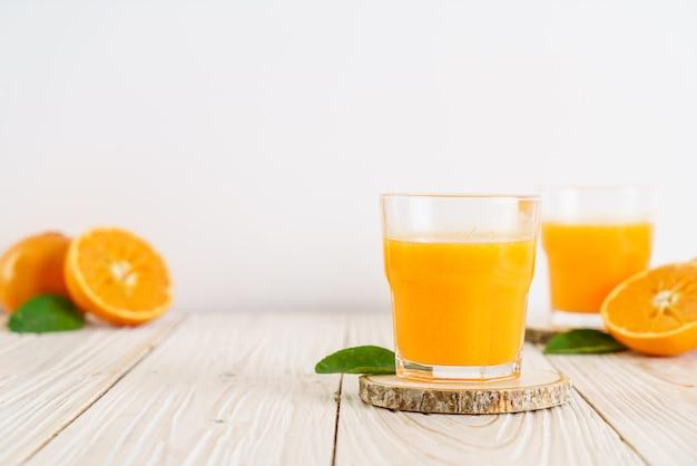 Vers jus d'orange op houten achtergrond