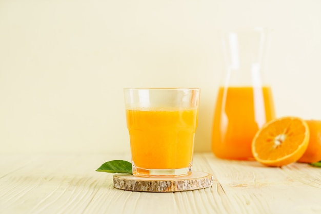 Vers jus d'orange op houten lijst