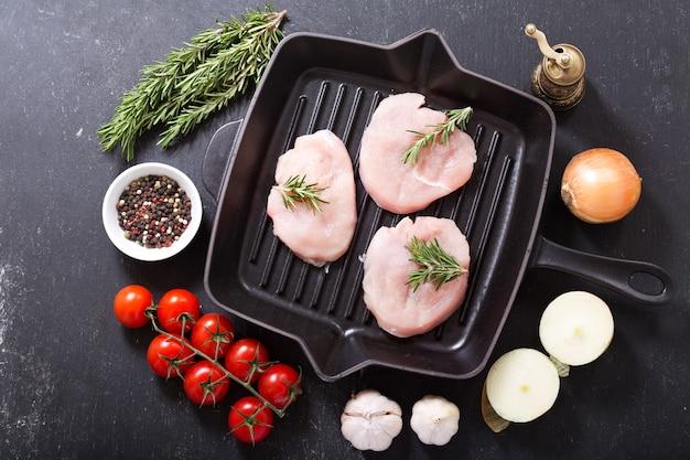 Vers kalkoenvlees op een pan, bovenaanzicht