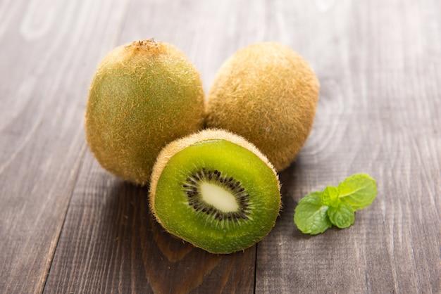 Vers kiwienfruit op bruine houten lijst.