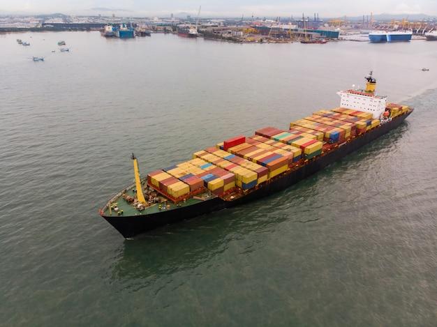 Vers kleurrijk containervrachtschip