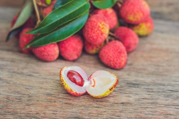 Vers lychee fruit op een oude houten oppervlak Premium Foto