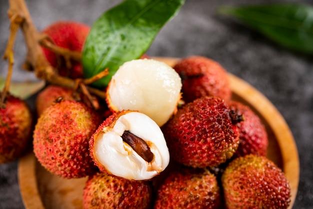 Vers lychee fruit op houten tafel