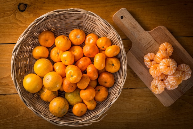 Vers mandarijn sinaasappelen fruit op houten tafel