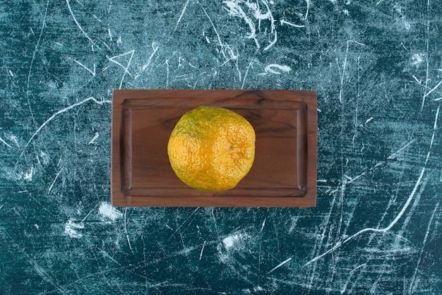 Vers mandarijnfruit op houten raad.