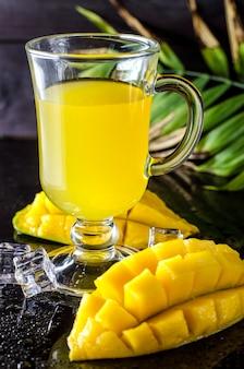Vers mango- en mangosap in een glas