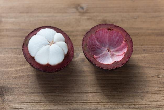 Vers mangostanfruit op houten lijst