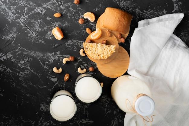 Vers ochtend vegeterian ontbijt met het gezonde broodje van de notamelk en een cake, amandelen op de lijsten