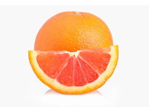 Vers oranje fruit dat op witte achtergrond wordt geïsoleerd
