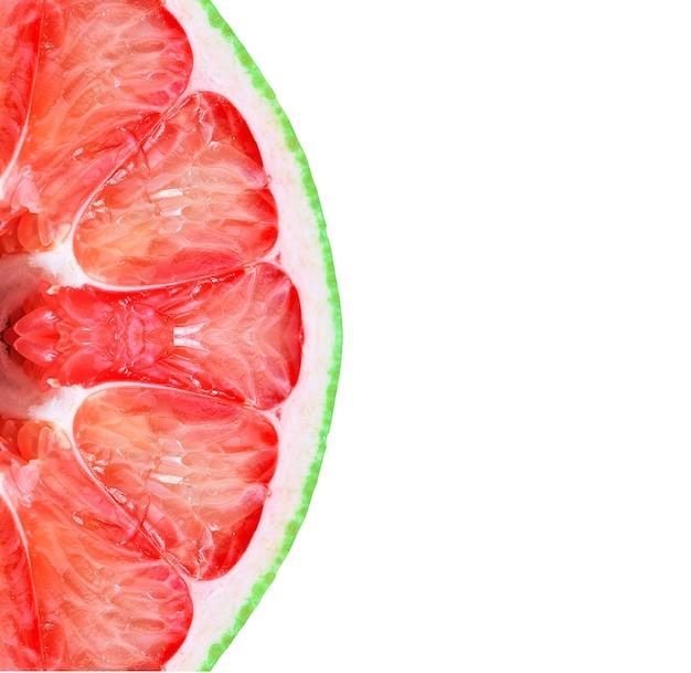 Vers pompelmoesfruit dat op witte achtergrond wordt geïsoleerd