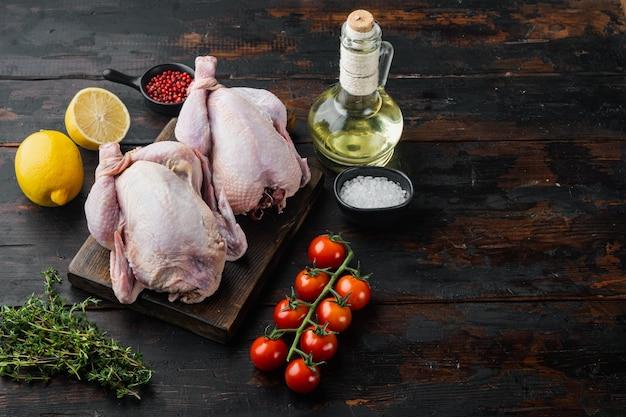 Vers rauw kippenvlees met ingrediënten, op oude houten tafel met kopieerruimte voor tekst