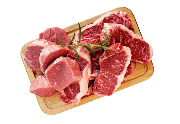 Vers rauw rundvlees biefstuk plakjes op houten snijplank geïsoleerd op