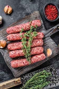 Vers rauw rundvlees kebab worstjes op een snijplank