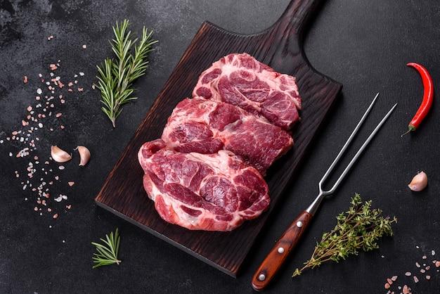 Vers rauw rundvlees om heerlijke sappige biefstuk te maken met kruiden en specerijen
