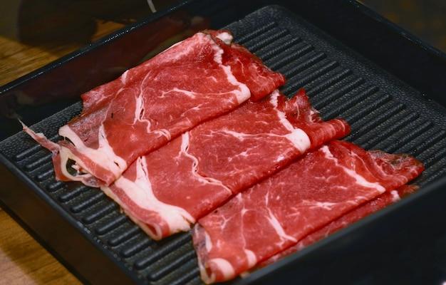 Vers rauw rundvlees voor sukiyaki shabu